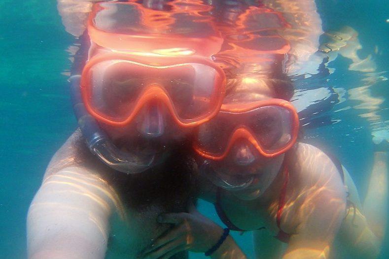 Sylvain et Salomé prennent un selfie sous l'eau avec masque et tuba