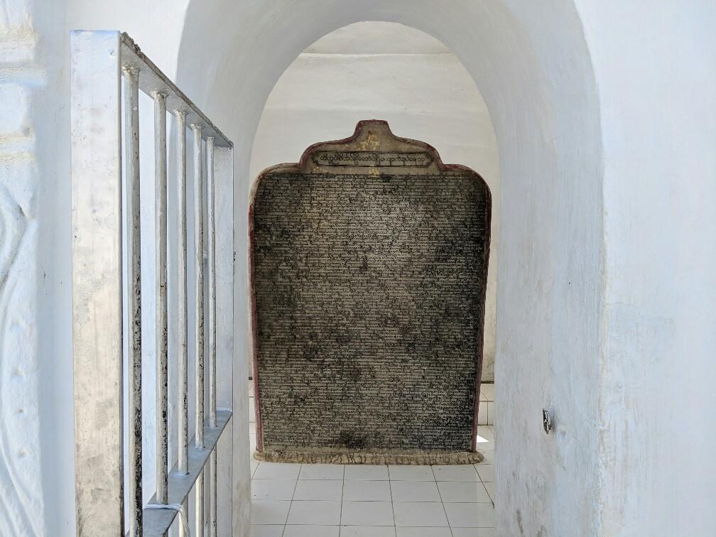 stèle gravée représentant une des pages du plus grand livre ouvert du monde à Mandalay