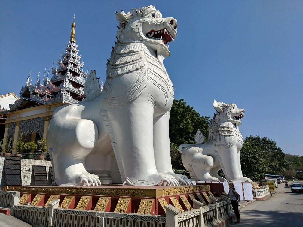 Statues de chien géantes blanches devant la colline de Mandalay, Birmanie