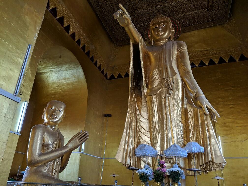 Statue de Bouddha pointant du doigt vers la sortie dans un temple sur la colline de Mandalay, Birmanie