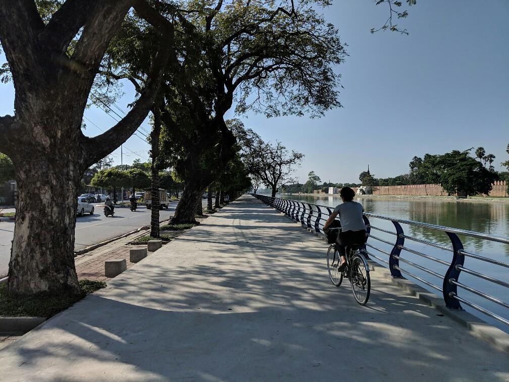 Salomé fait du vélo sur le trottoir à Mandalay