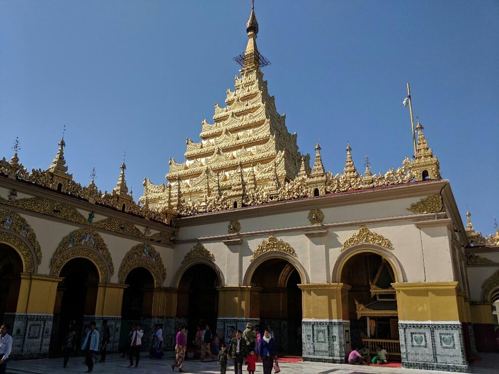 Pagode Mahamuni avec quelques personnes qui sortent de ses arches, Mandalay, Birmanie