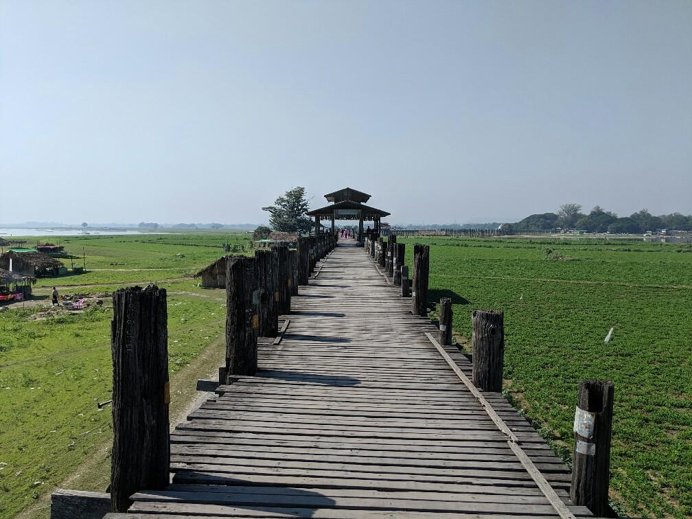 Vue sur le pont U Bein depuis son début, Mandalay, Birmanie