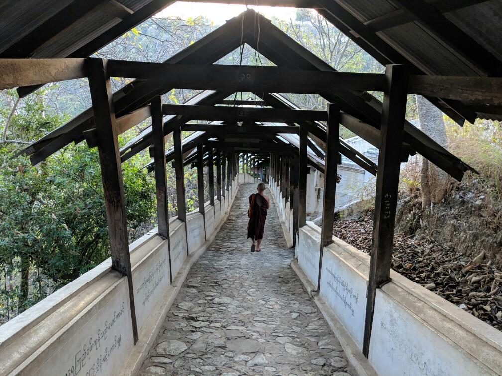 Moine descendant l'un des passages qui relient les temples de Sagaing, Birmanie