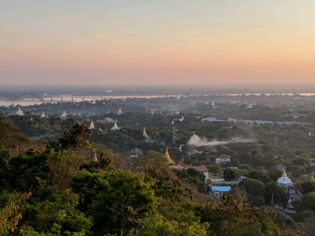 Vue panoramique au coucher du soleil sur Sagaing avec ses nombreuses stupas