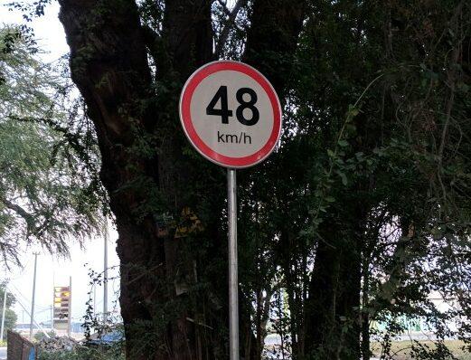 Panneau de limitation de vitesse à 48 km/h au bord de la route en Birmanie