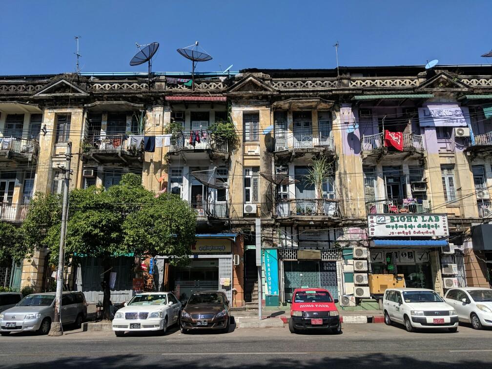 Batiment colonial très peu entretenu à Yangon