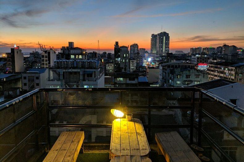 Coucher de soleil depuis le rooftop de l'hostel à Yangon