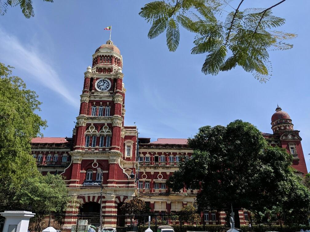 La cour de Justice de Yangon avec ses briques rouges et sa tour