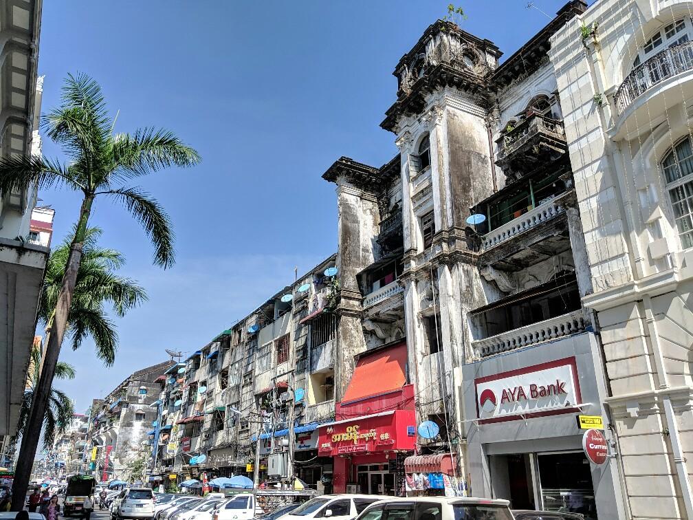 Batiment colonial avec une surface sale à Yangon
