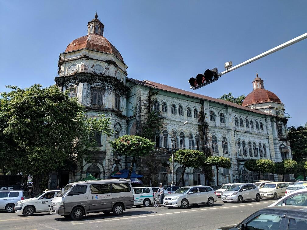 Batiment colonnial à Yangon avec une coupole