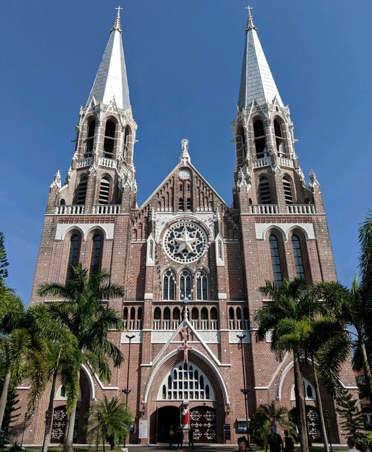 La Cathédrale Sainte Marie avec ses deux flèches et ses briques rouges