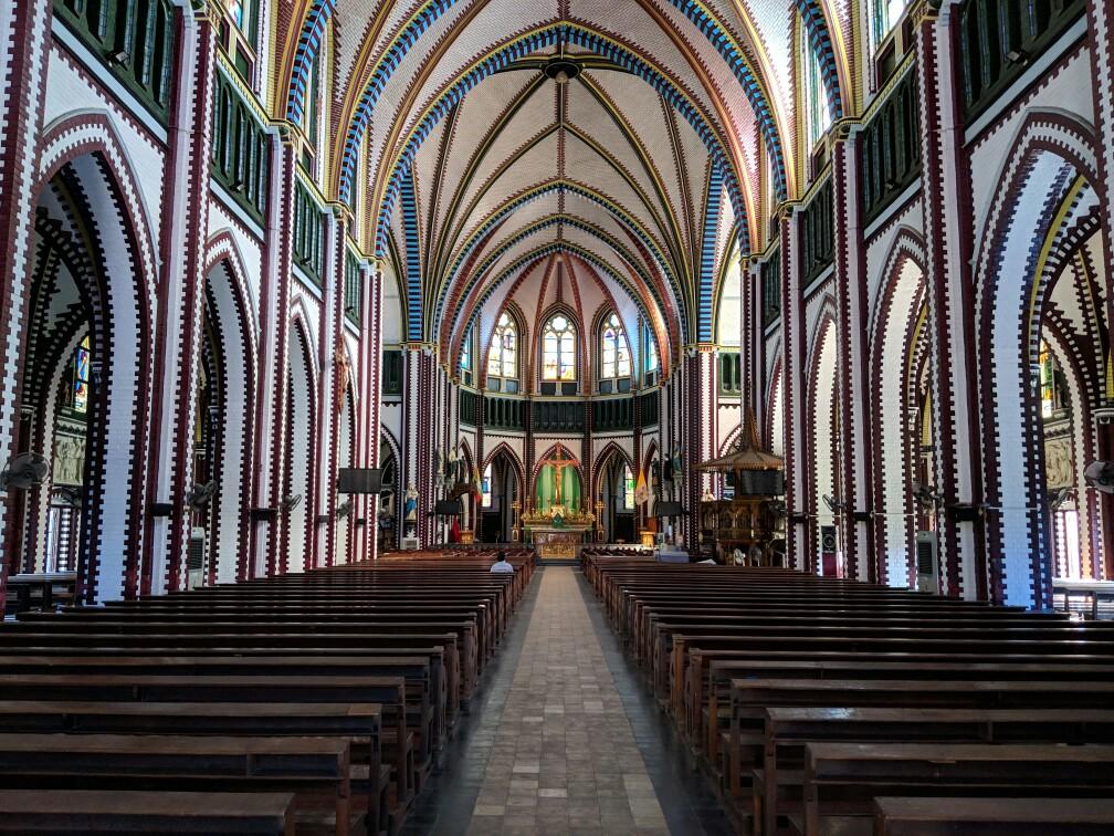 Vue sur la nef de la Cathédrale Sainte Marie à Yangon
