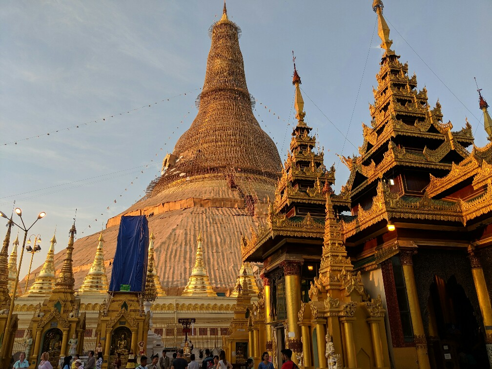 Pagode principale de Shwedagon avec un temple atenant