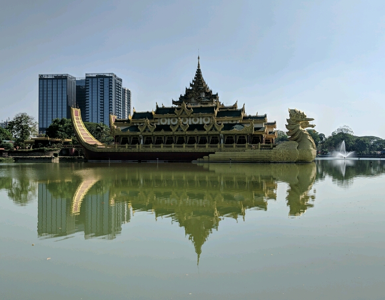 Vu sur un palais flottant en forme de canard avec en fond des tours