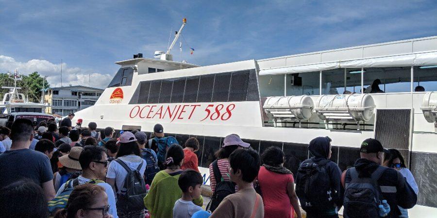 Foule devant le bateau avant d'embarquer pour Bohol