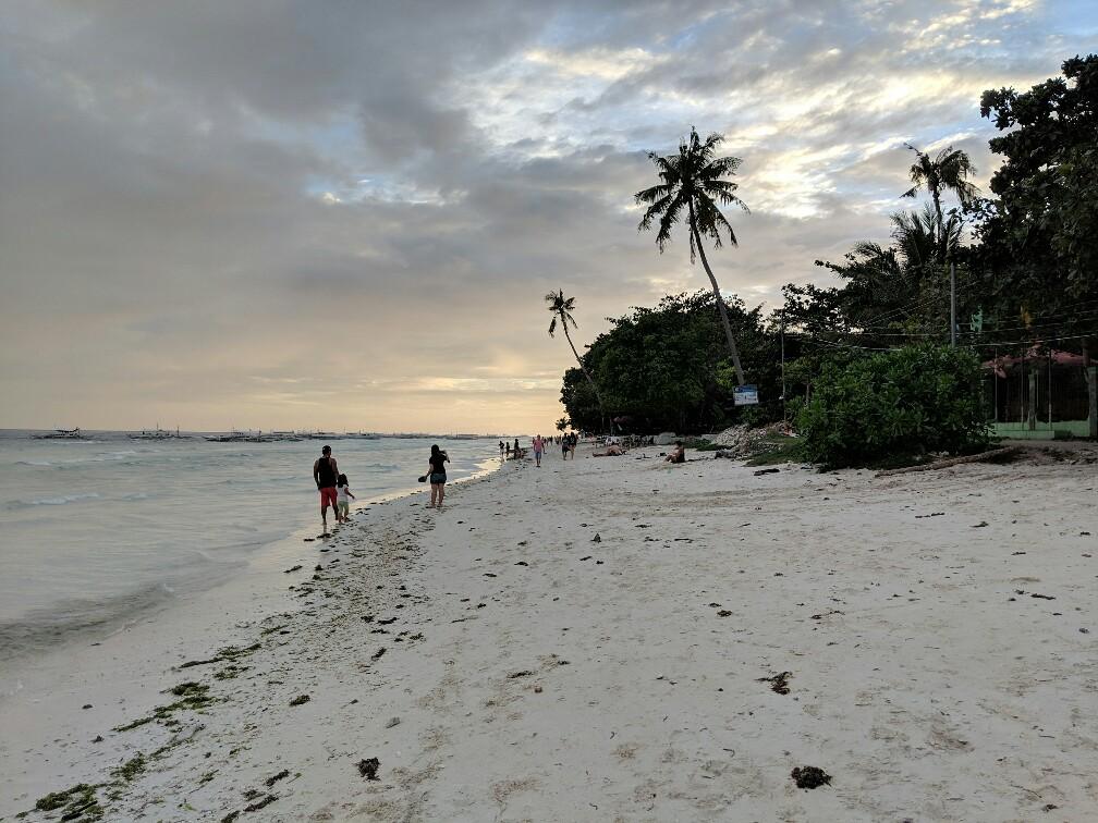 Plage à Bohol au coucher de soleil
