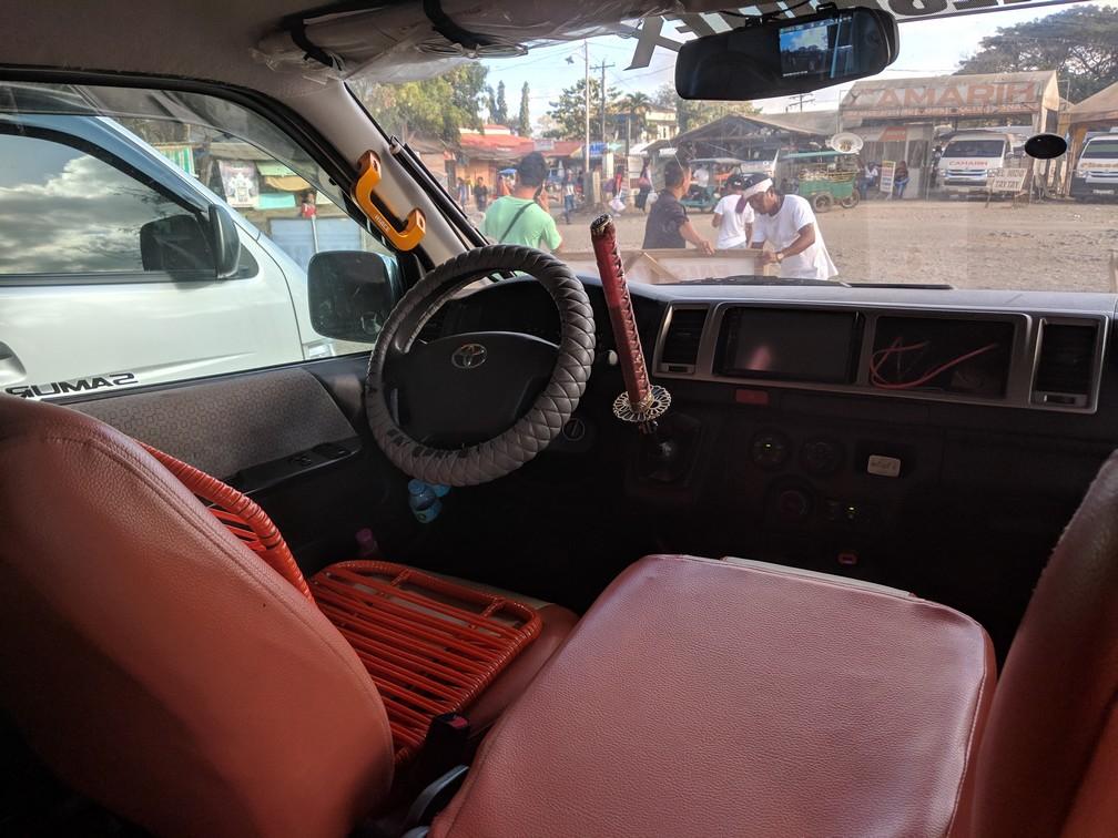 Intérieur de van montrant un katana en guise de levier de vitesse