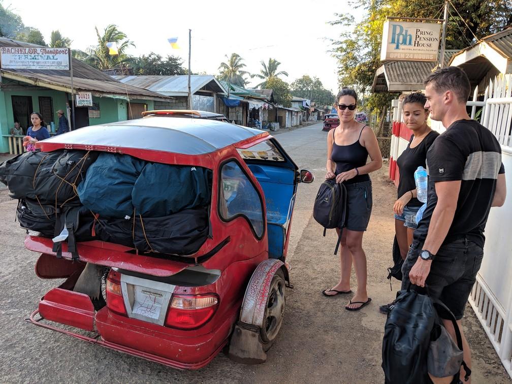 Tricycle rempli à ras bord de nos gros sacs avec Salomé, Max et Olive qui regardent