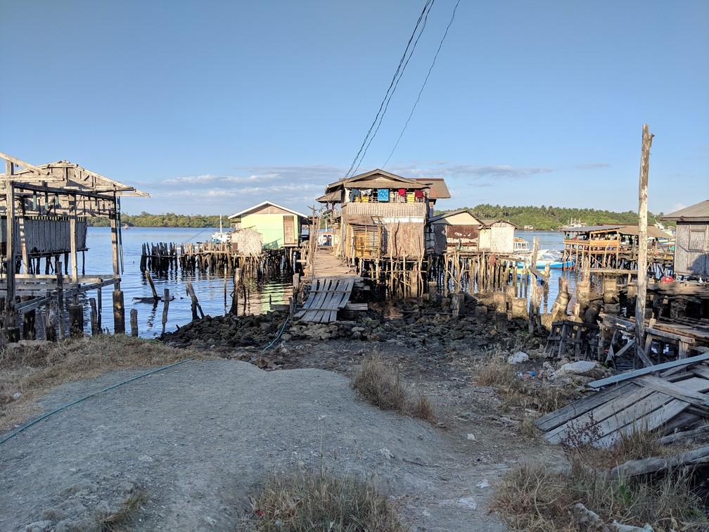 Maison et ponton délabrés au port de Rio Tuba