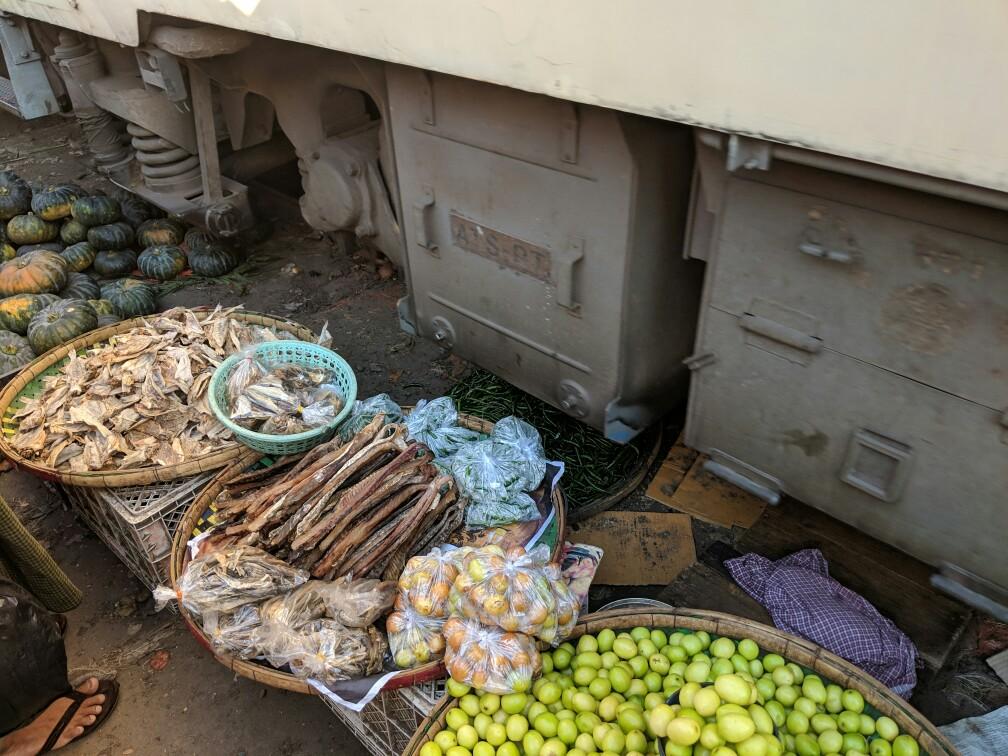 Le train rase les étals au marché de Danyingon