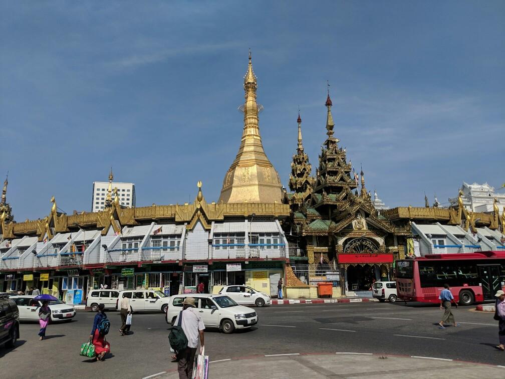 Sule pagoda au milieu du traffic