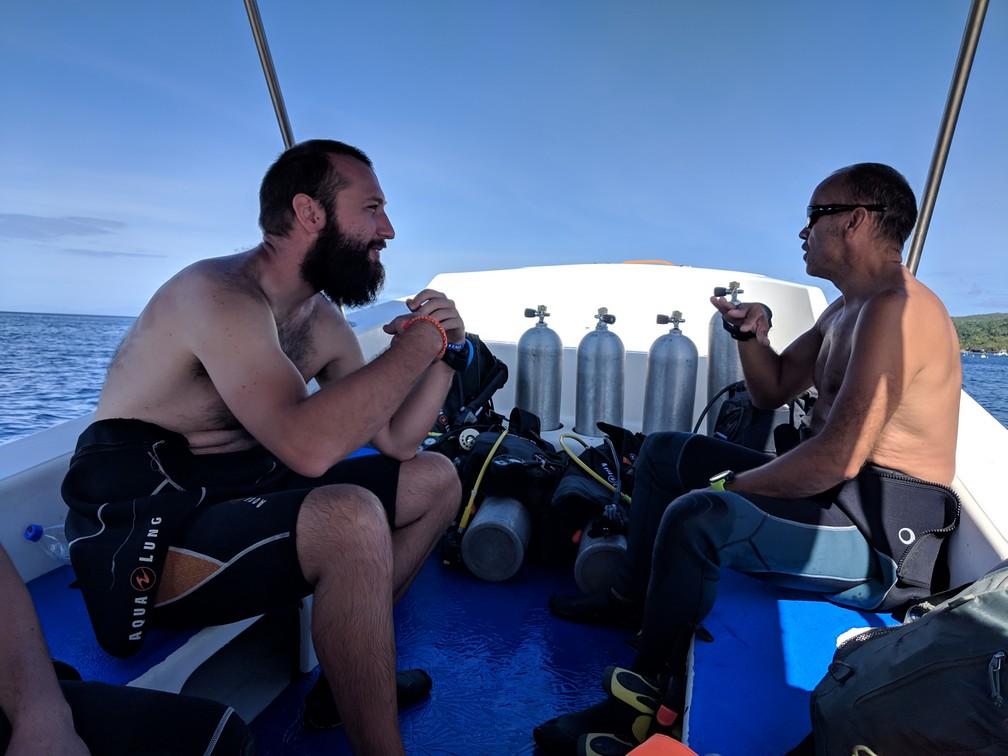 Sylvain et Ben l'instructeur sur le bateau avec des bouteilles de plongée