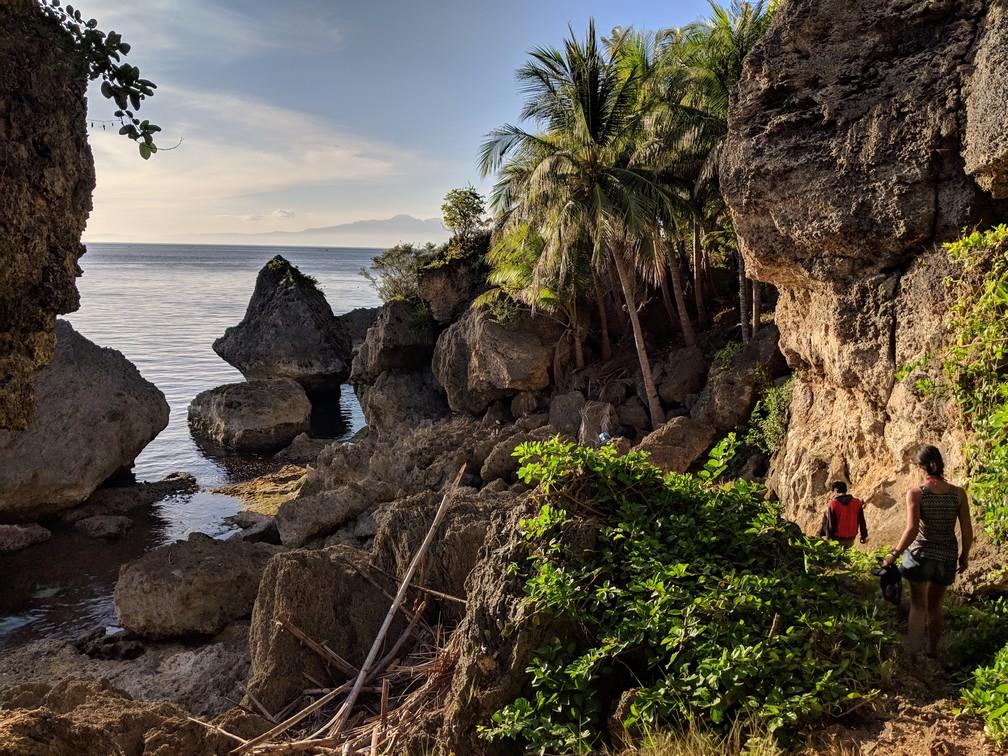 Salomé et un Philippin descendent vers la mer le long d'une falaise