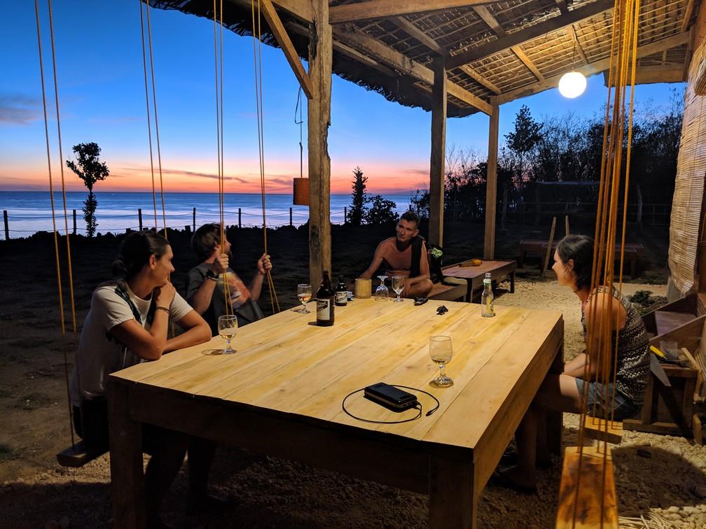 Salomé, Ben, Sam et Hugo sur des balancoires autour de l'apéro au coucher de soleil