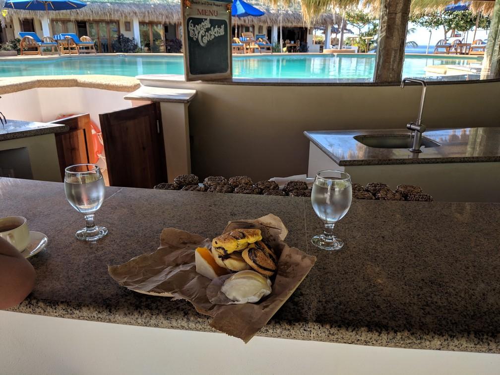 Viennoiseries sur le bar près de la piscine de Salamangka Resort