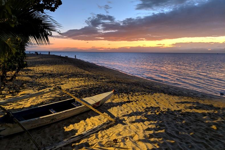 Coucher de soleil sur la mer devant White Beach, un bateau en premier plan