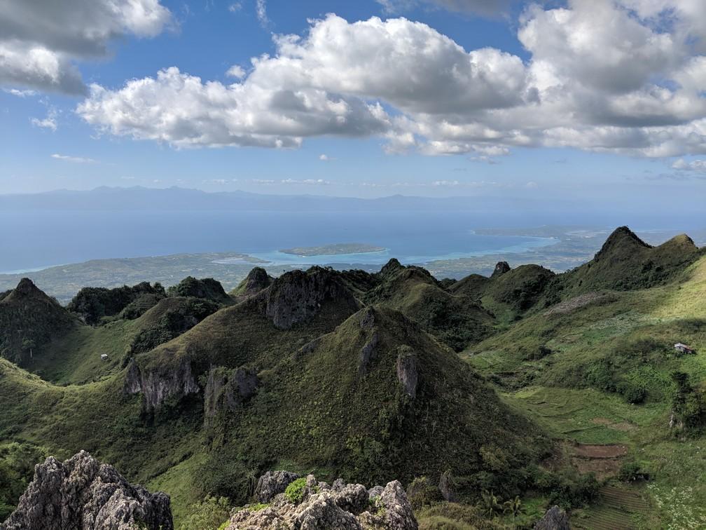 Vue sur les collines puis la mer depuis Osmena peak