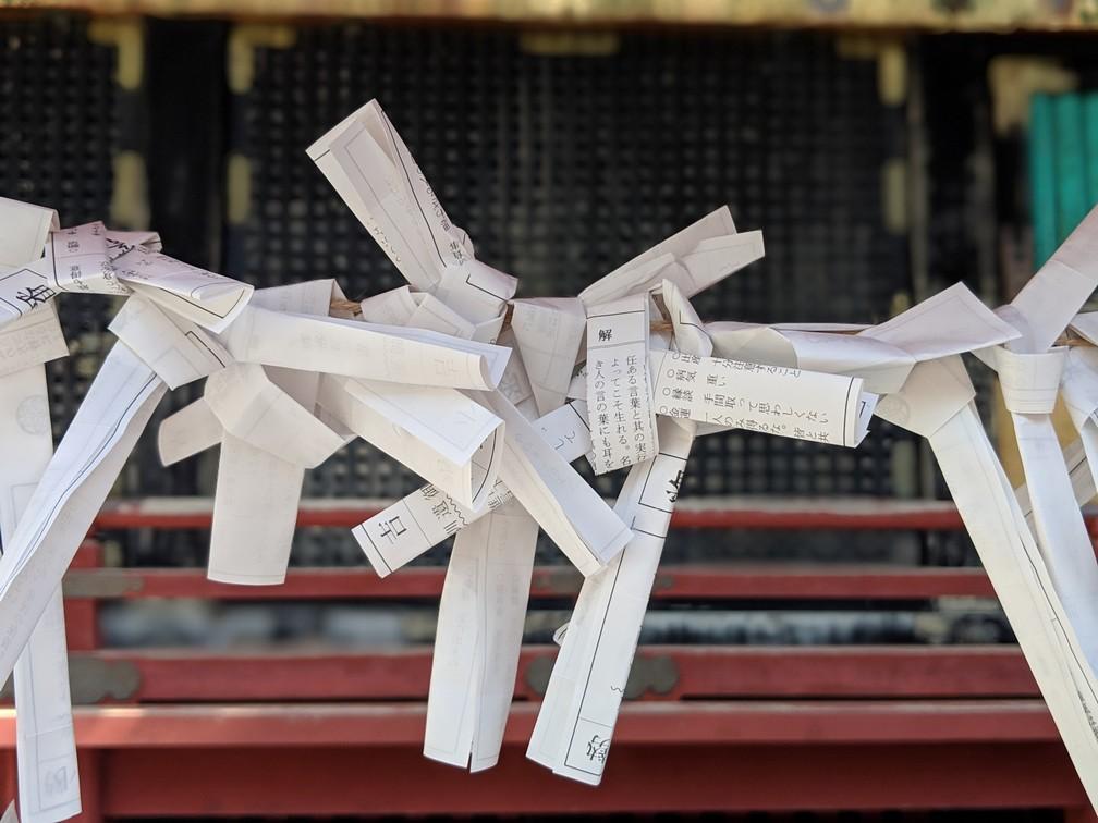 Morceaux de papier noués sur des tiges en fer au sanctuaire Futurasan à Nikko