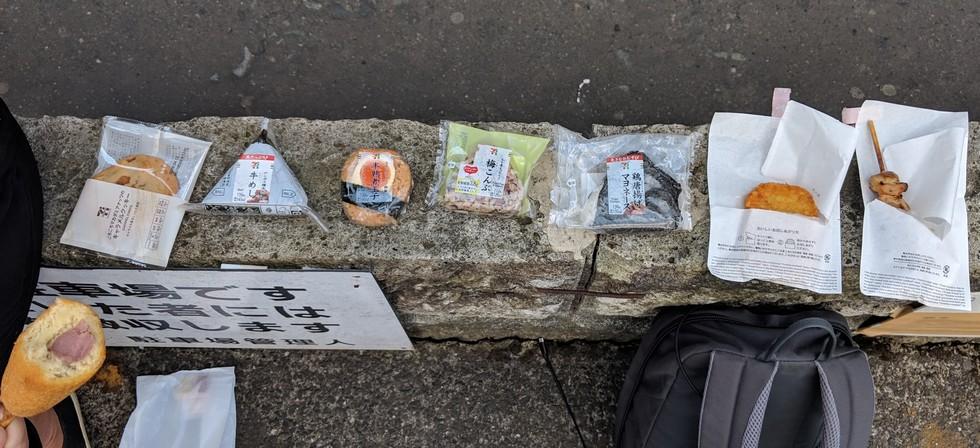 Différents petits snacks sont disposés sur un muret de parking