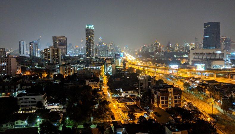 Vue sur Bangkok depuis une tour, les buildings et les routes illuminés