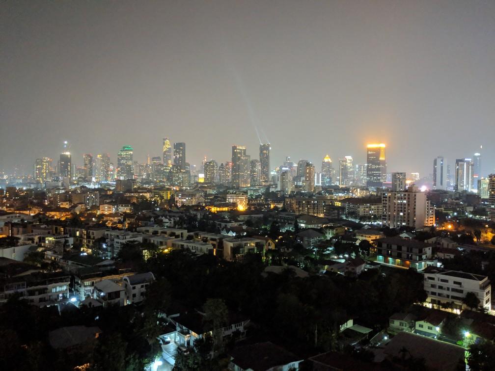 Vue sur les buildings de Bangkok de nuit