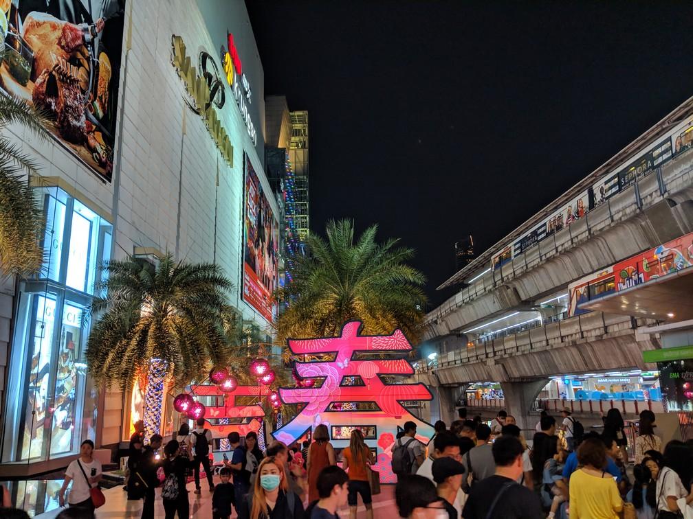 Parvis de Siam Paragon de nuit, avec ses multitudes de néons