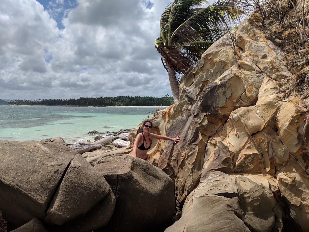 Salomé grimpe sur les rochers de la petite île sans nom