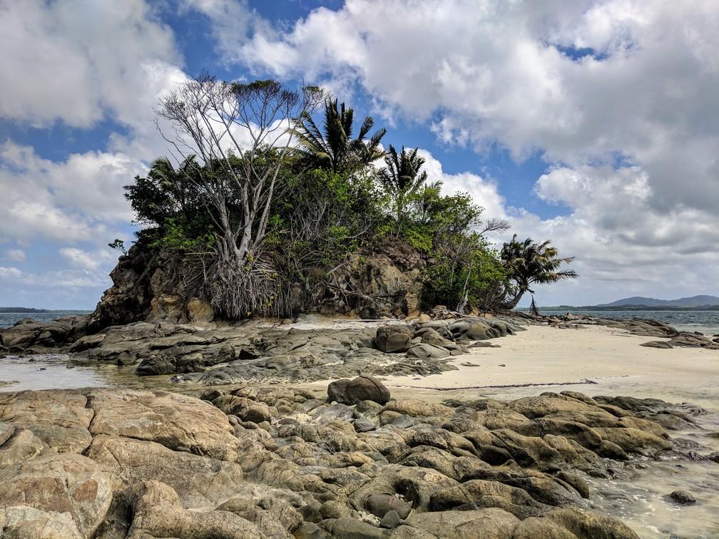Petite île sans nom vue de près avec des rochers et sa petite plage