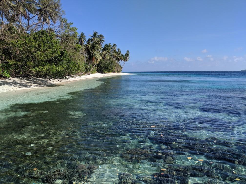 Vue depuis la mer sur coraux et la plage de l'île de Caxisigan