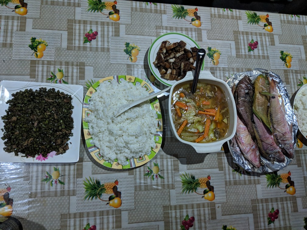 Assiettes de riz et de poisson sur une table