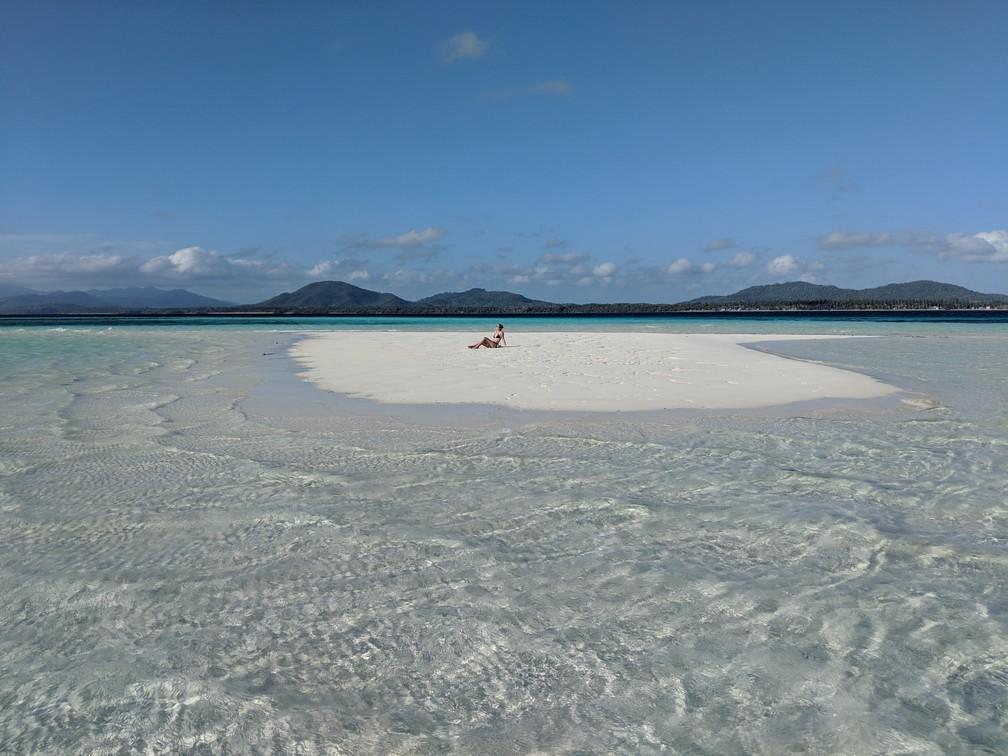 Salomé allongée en plein milieu du banc de sable au milieu de la mer