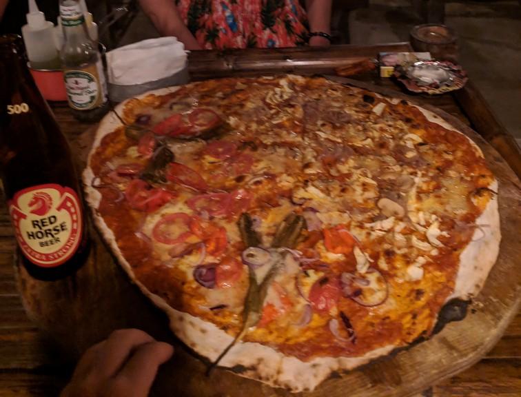 Immense pizza coupée sur une planche