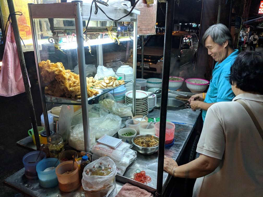 Un vendeur de street food souriant