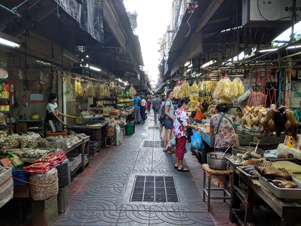 Artère commerçante de Chinatown, avec de nombreuses échoppes