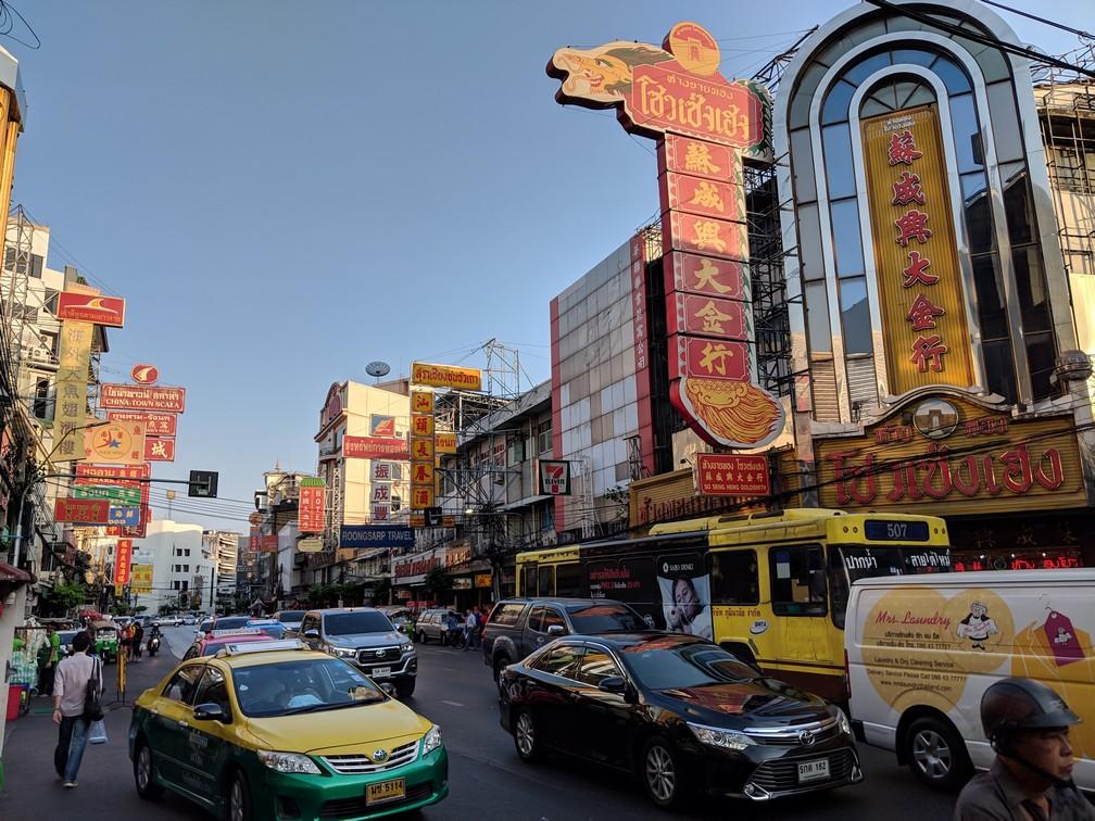 Avenue principale de Chinatown, chargée d'enseignes écrites en chinois