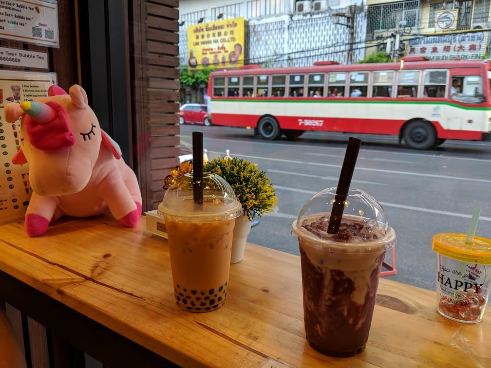 Deux bubble teas posés devant une vitre donnant sur Chinatown