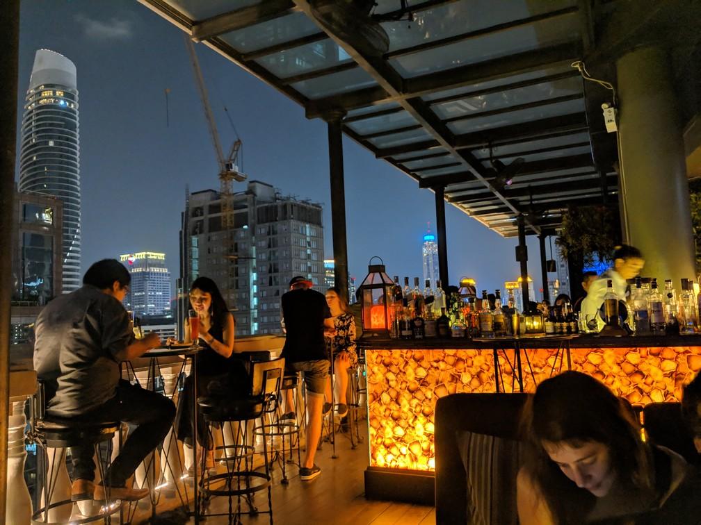 Bar et ambiance tamisée en haut d'une tour