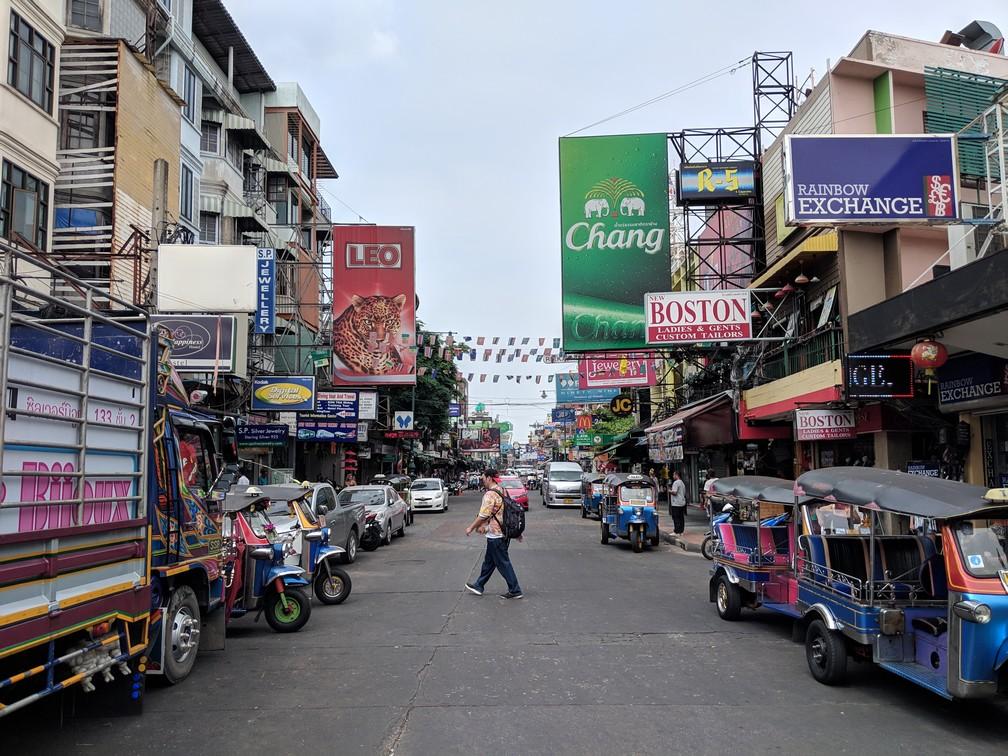 La rue de Khao San Road avec ses nombreuses enseignes de bars