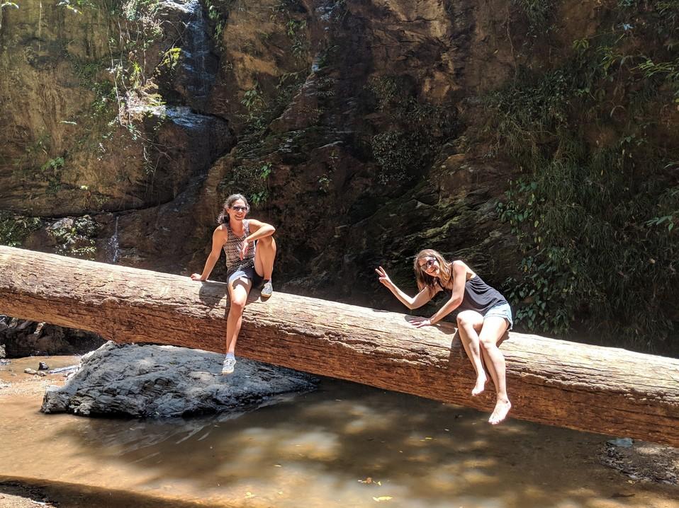 Salomé et Elodie assises sur un tronc, Elodie pas rassurée